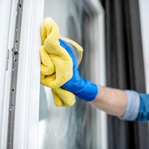 Montaż okien – jak bezpiecznie usunąć piankę montażową, by nie zniszczyć okna?